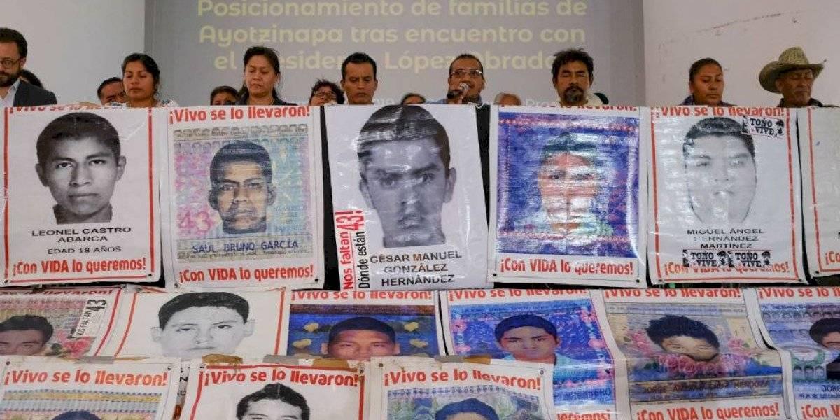 Padres de normalistas denuncian ante AMLO falta de compromiso de la FGR