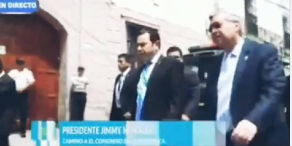 """VIDEO. """"Trabajen"""", """"Ladrones"""", Presidente camina hacia Congreso entre insultos"""