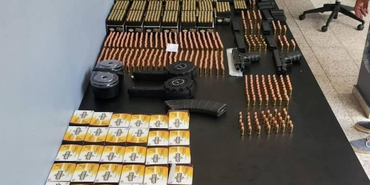 Arrestan a dos por armas y drogas en allanamiento en Llorens Torres