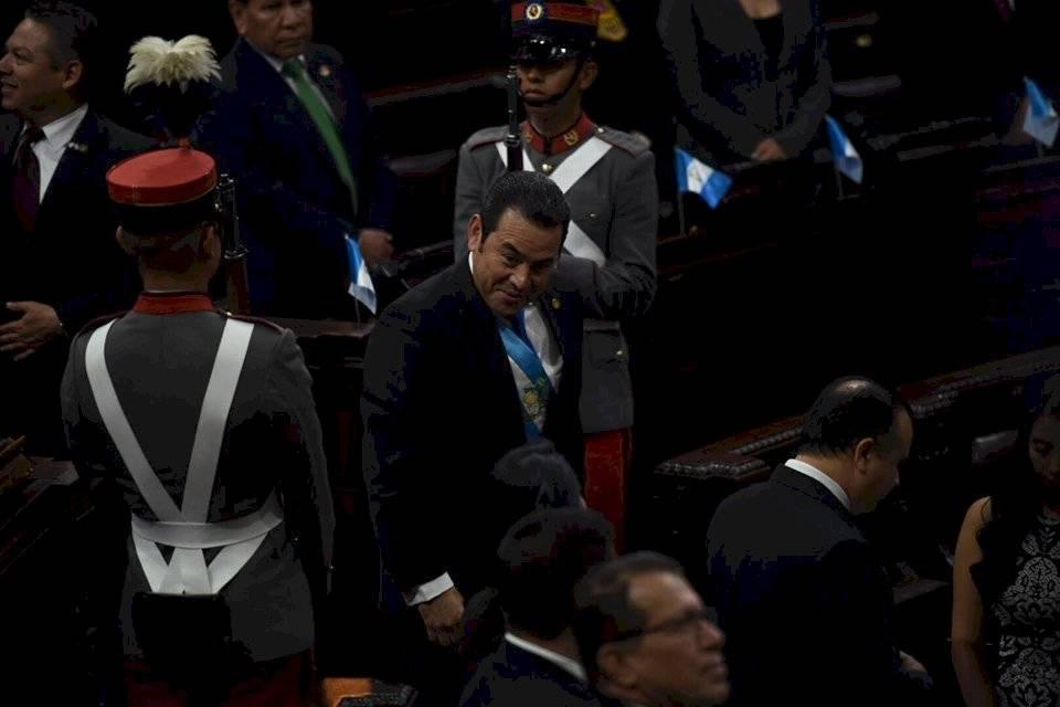 El presidente Jimmy Morales ingresa al hemiciclo parlamentario. Foto: Oliver de Ros