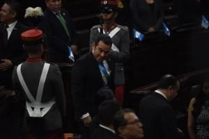 El presidente Jimmy Morales ingresa al hemiciclo parlamentario.