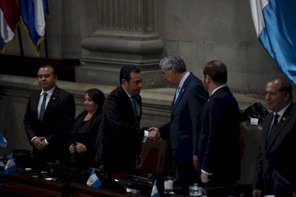 El presidente Jimmy Morales saluda al vicemandatario Jafeth Cabrera. Foto: Oliver de Ros