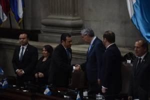 El presidente Jimmy Morales saluda al vicemandatario Jafeth Cabrera.