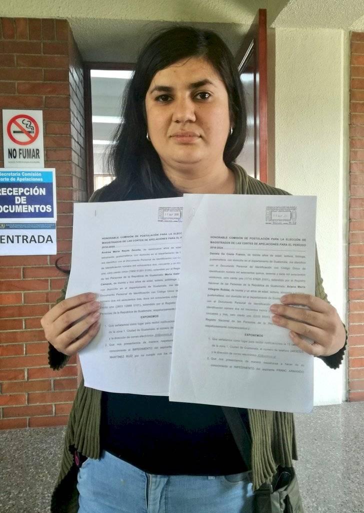 Andrea Reyes, de Somos Gt, entregó las dos tachas contra el aspirante Frac Martínez. Foto: Saira Ramos