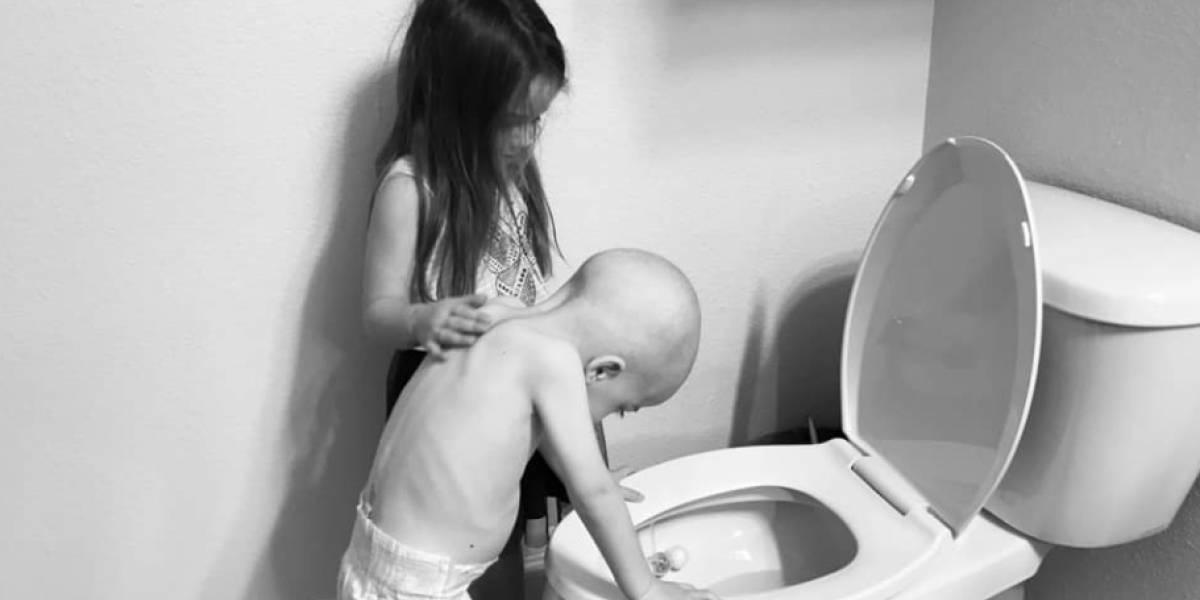 La foto de un niño con cáncer que es consolado por su hermana conmueve en redes sociales