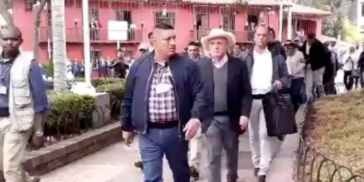 #VIDEO: Abuchearon a Álvaro Uribe en su propia tierra