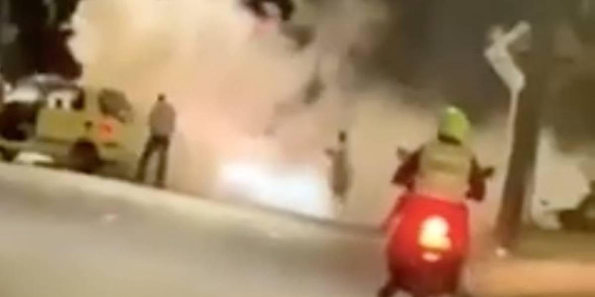 (VIDEO) Motociclista se prendió en llamas tras aparatoso choque contra un taxi