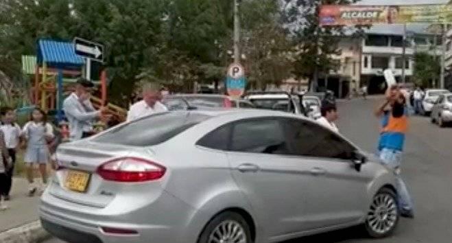 Conductor le roció gas pimienta a hombre que le cobró 2000 pesos por cuidarle el carro