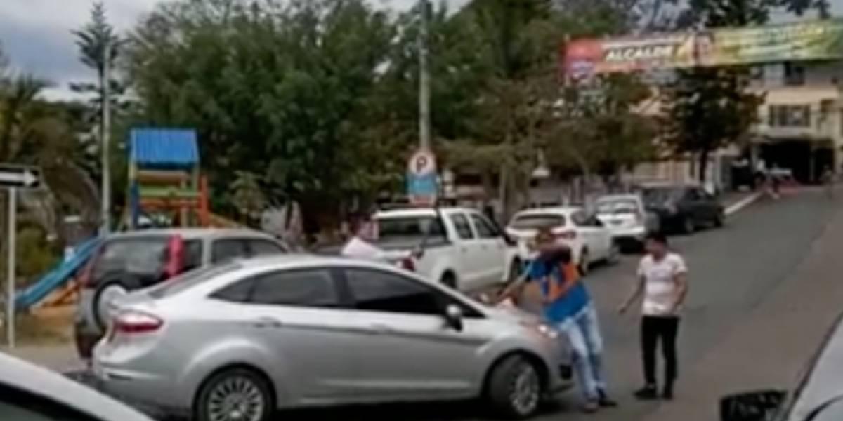 (VIDEO) Conductor le roció gas pimienta a hombre que le cobró 2000 pesos por cuidarle el carro
