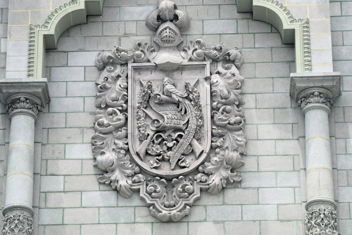 El escudo de la fachada principal del Palacio está hecho de piedra caliza. Foto: Omar Solís