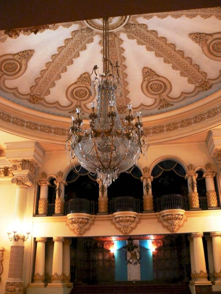 La lámpara más grande del Palacio está hecha con cristales, así como con piezas de oro y bronce. Foto: Presidencia