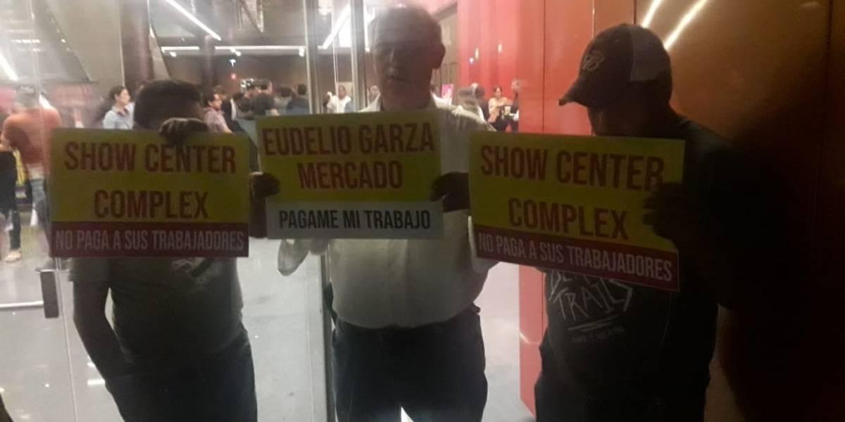 Bloquean empleados entradas al Showcenter Complex, exigen su pago