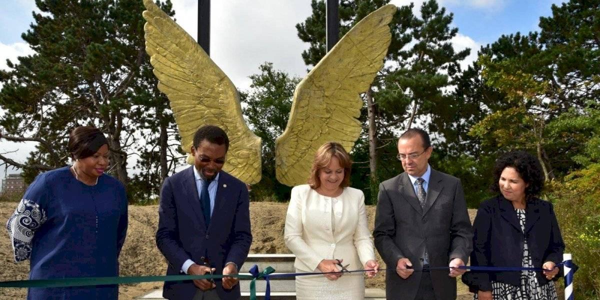 Develan escultura mexicana en la Corte Penal Internacional
