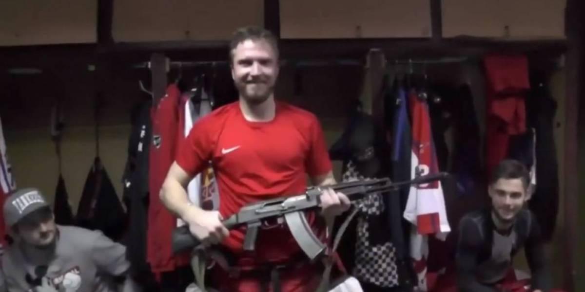 Fue elegido la figura del partido y recibió el premio más extraño de la historia: un fusil de asalto AK-47