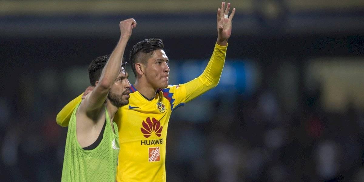 Edson Álvarez regala playera con dedicatoria a Oribe Peralta