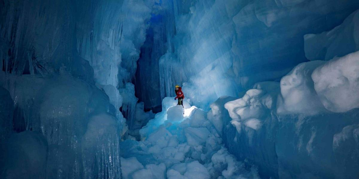 Majestuosas imágenes: encuentran impresionante mundo subterráneo perdido en plena cueva de hielo de la Antártica