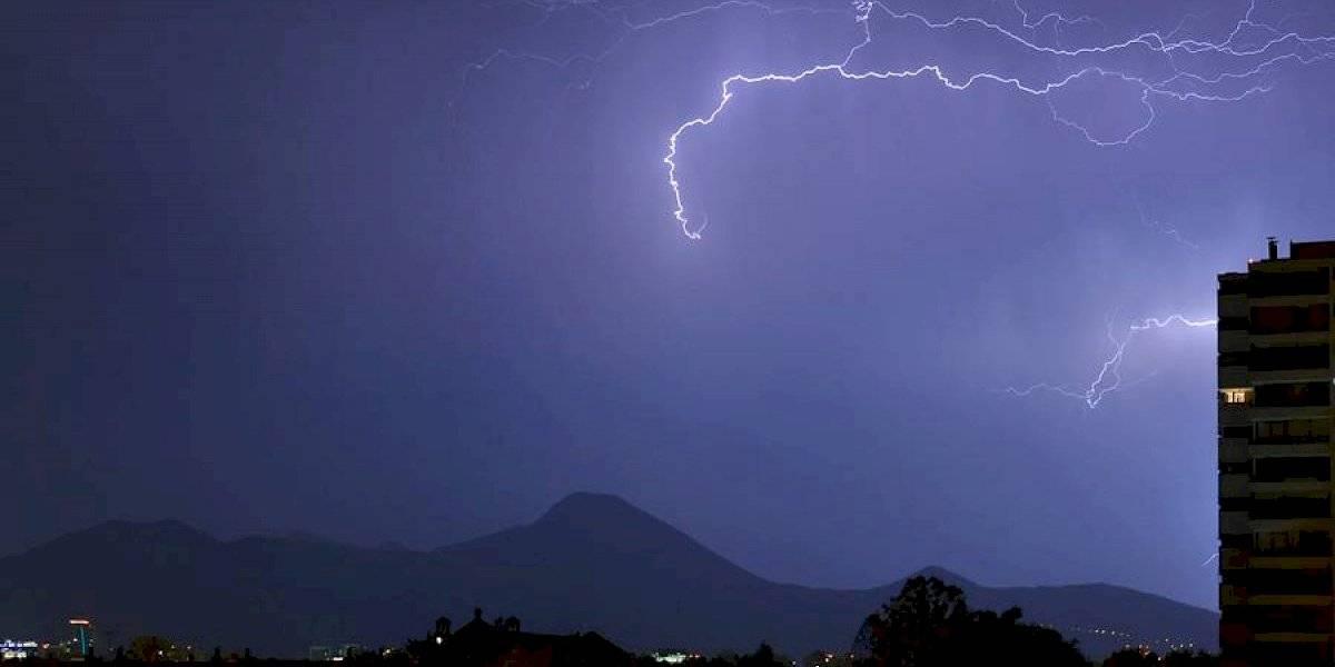 Desde la Región Metropolitana hasta Los Ríos: Meteorología emite aviso por tormentas eléctricas