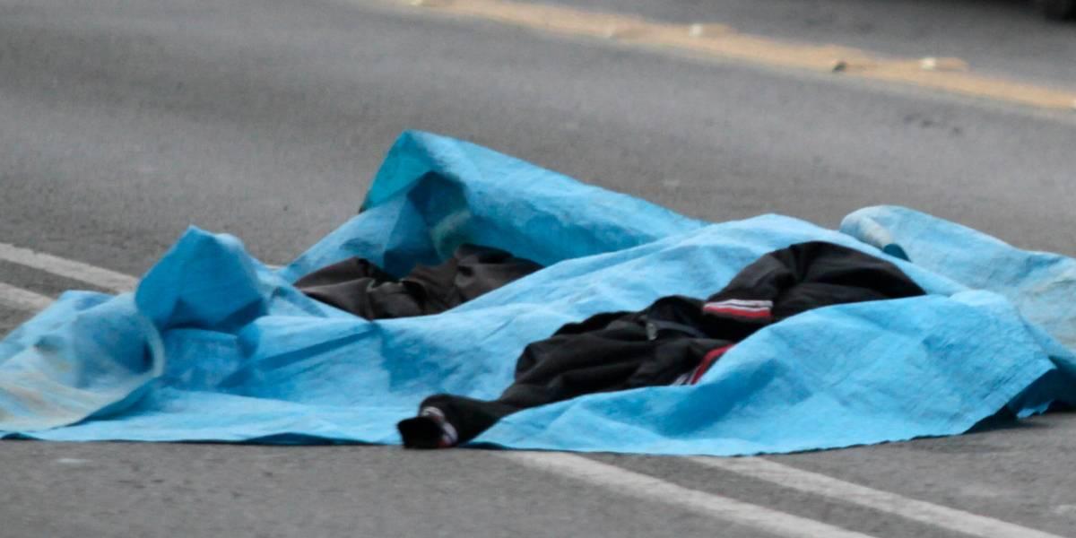 Ya no le temen a nada: dos sujetos llevan el cadáver de un hombre sobre un carro de supermercado y lo lanzan en plena calle