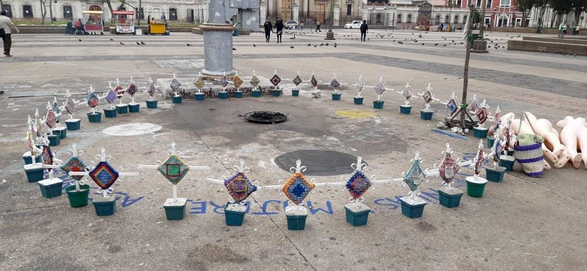 cruces de monumento para víctimas de incendio en el Hogar Seguro
