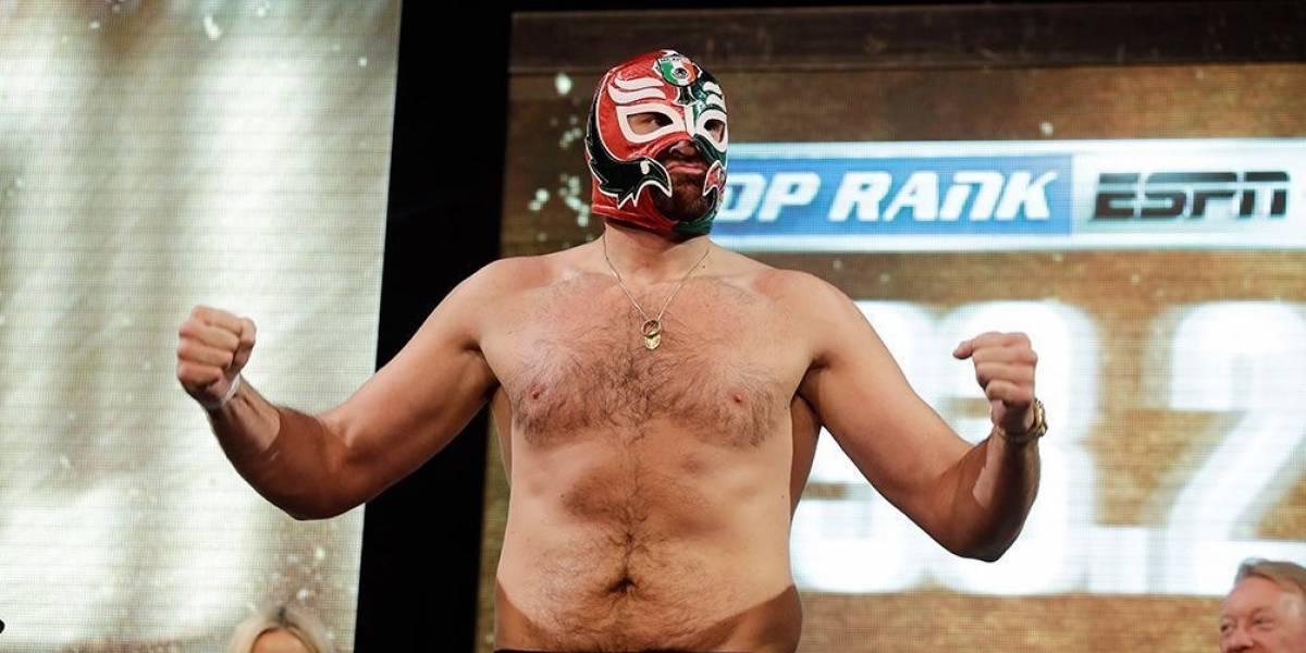 Tyson Fury se presenta con máscara de Rey Misterio en pleno pesaje