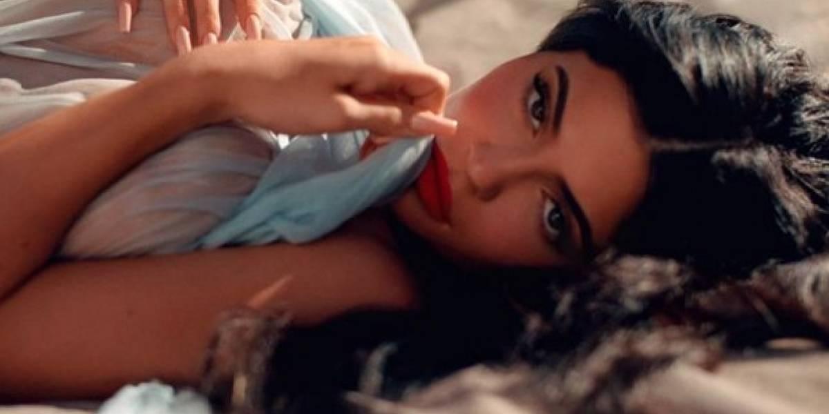Con una sábana mojada, Kylie Jenner deja ver su trasero en todo su esplendor,