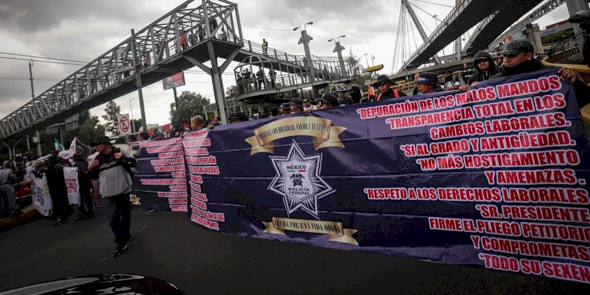 Policías federales bloquean acceso a la Terminal 1 del AICM