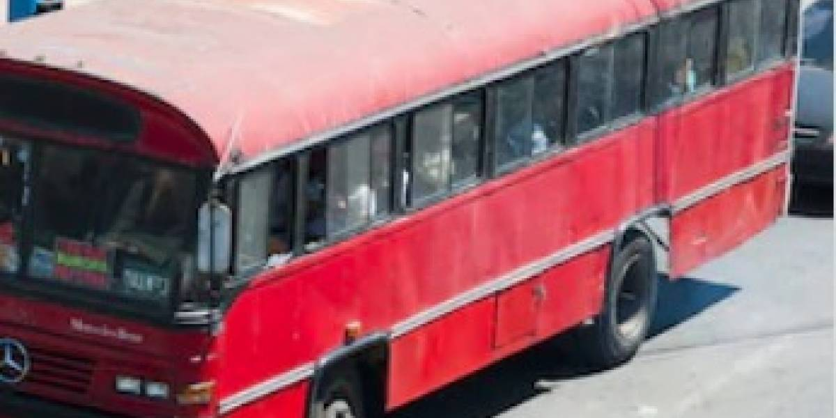 VIDEO. Pasajero se cae de un bus en movimiento y muere en la calzada Roosevelt