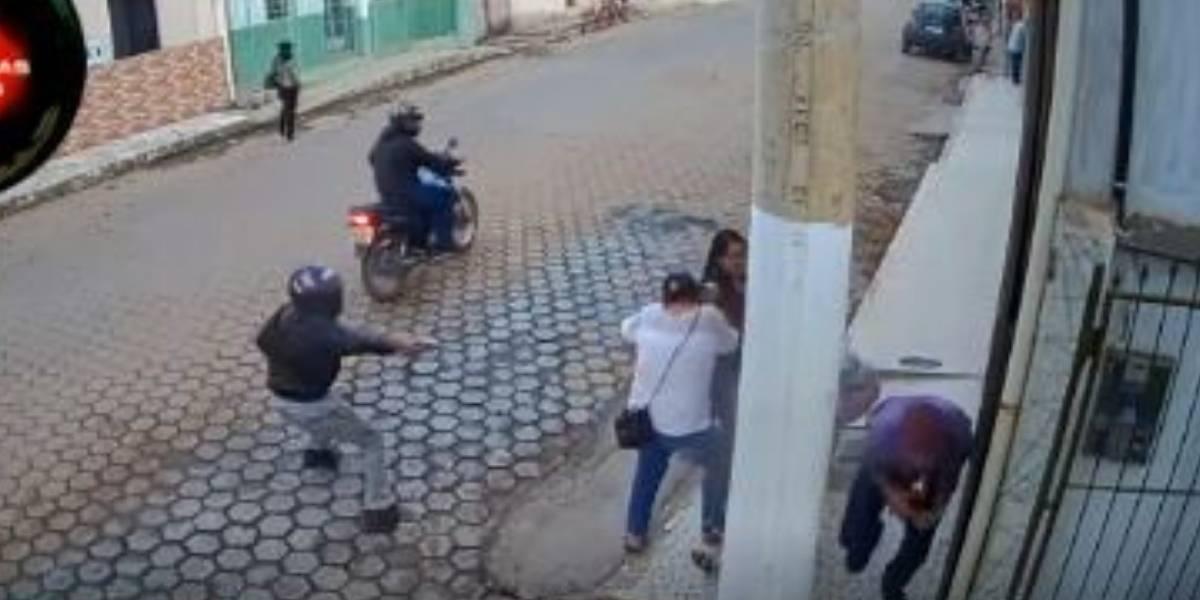(VIDEO) Un poste de luz les salvó la vida a personas que fueron víctimas de un atentado sicarial