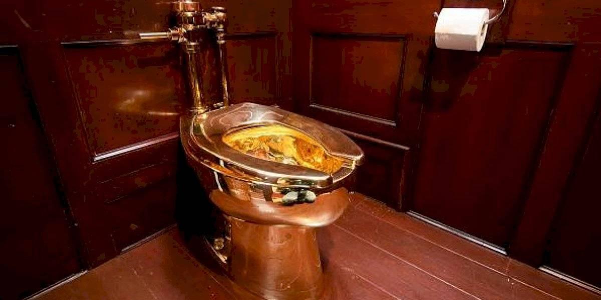 Vale 1,2 millones de dólares y su paradero es un misterio: enigma total tras robo de lujoso inodoro de oro