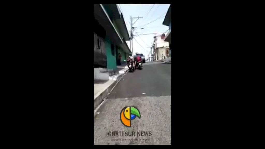 Motorista puso en riesgo la seguridad de un grupo de niños. Trabaja en la Municipalidad de Guatemala. Foto: Facebook