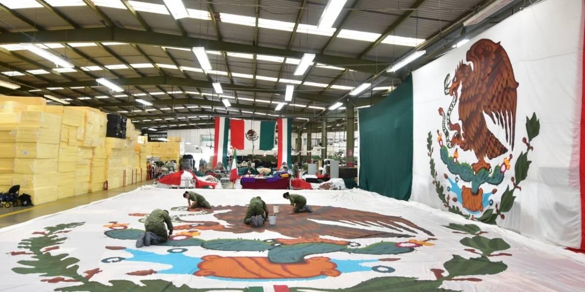 Banderas monumentales: un trabajo manual que requiere largas jornadas