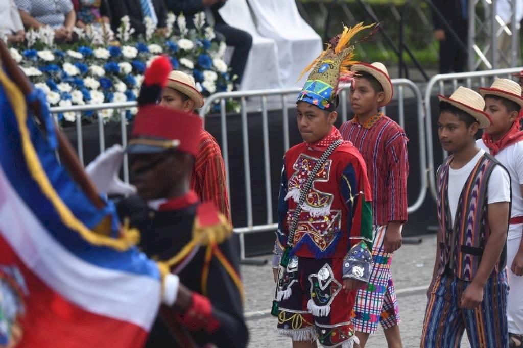 Los estudiantes que desfilaron pasaron frente al Palacio Nacional de la Cultura. Foto: Omar Solís