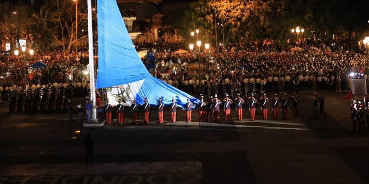 Finalizan los festejos patrios con la arriada de la bandera