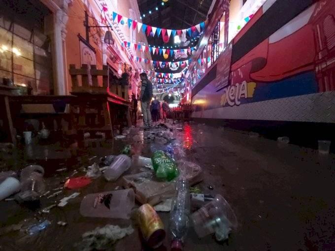 Saturado de basura quedó el Pasaje Enríquez tras las celebraciones. Foto: Stereo 100