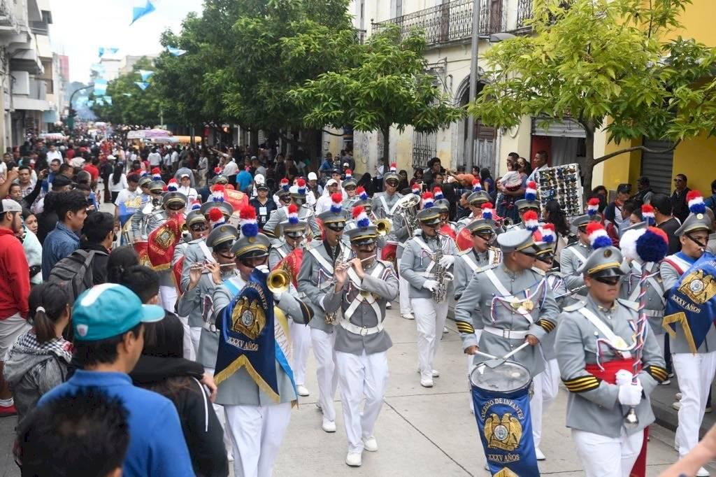 El Colegio San José de los Infantes durante el desfile del 15 de septiembre. Foto: Omar Solís
