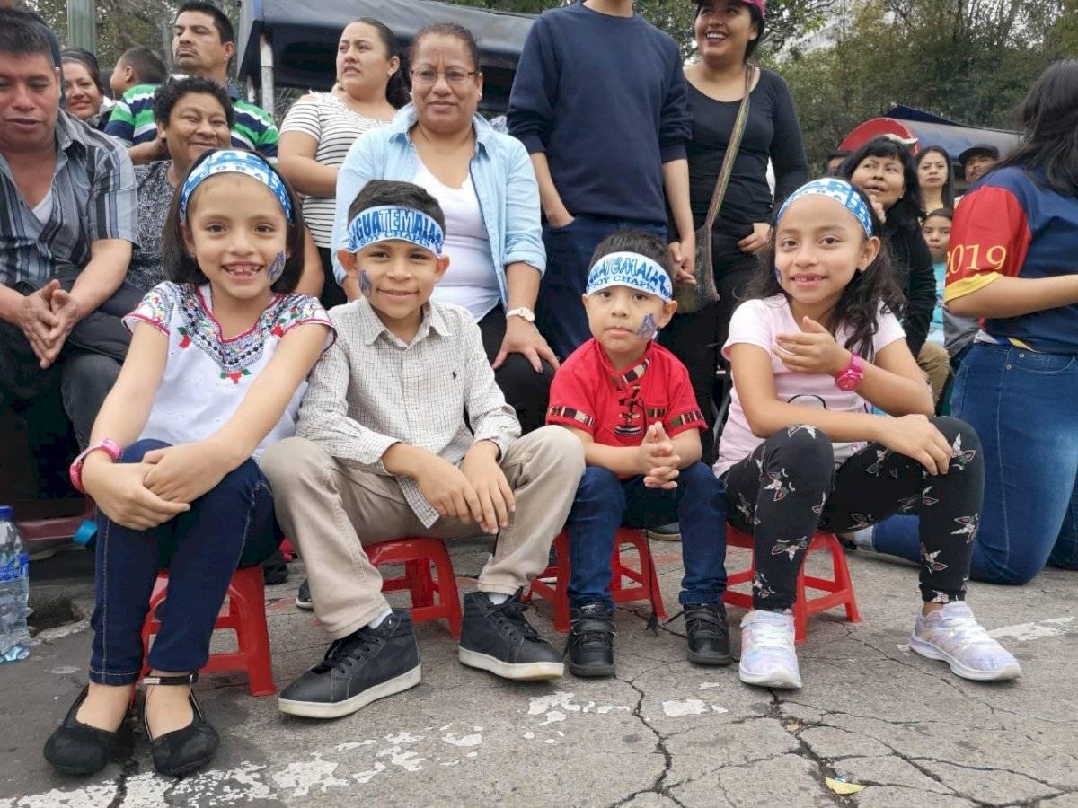 Las niñas y niños disfrutaron del desfile por el Día de la independencia. Foto: Juan Carlos Chanta