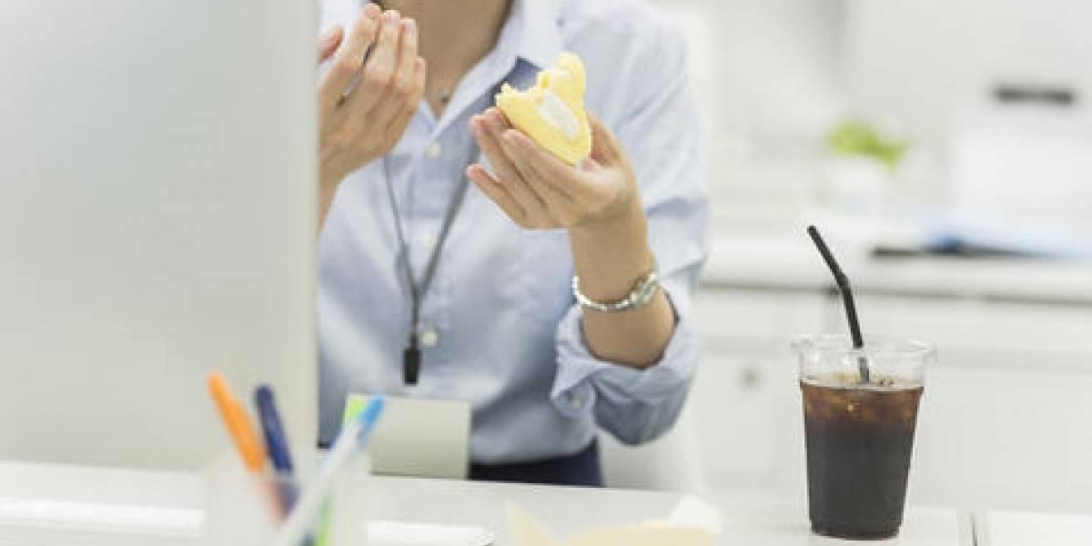 ¿Por qué comemos tanto en el trabajo?