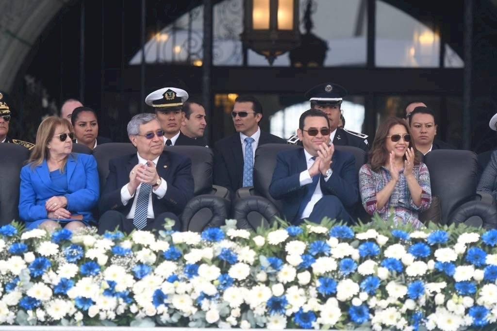 Esposa del Presidente y su vestido de tela típica. Omar Solís.