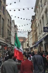 El famoso Manneken Pis de Bélgica vista la ropa de la comunidad wixárika