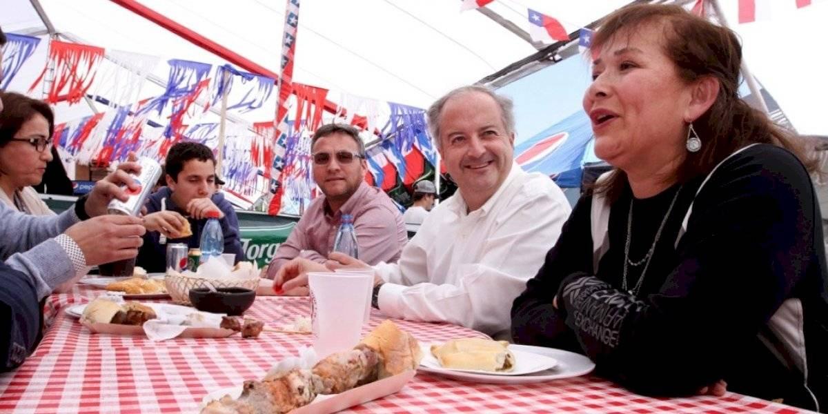 Tía Rica le sonrió a Ximena Jara: Ministro Nicolás Monckeberg agasajó a ganadores con un asado