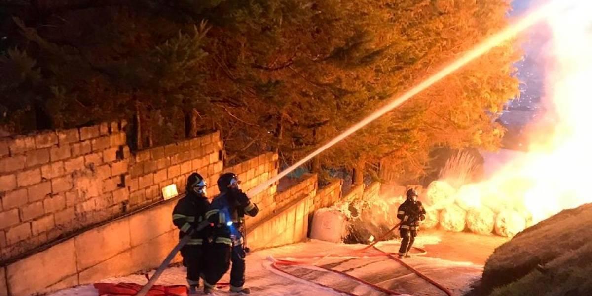 Calles cerradas por incendio estructural en el norte de Quito
