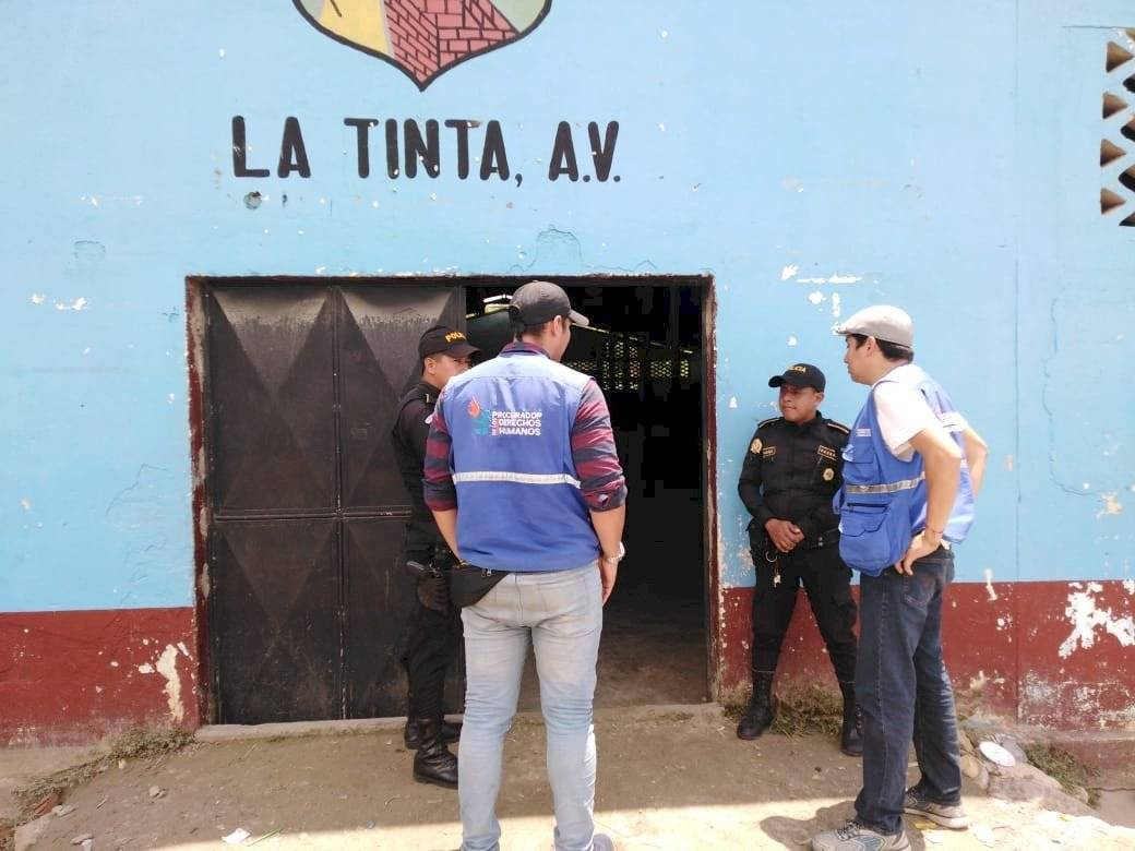 Los agentes de la PNC en Santa Catalina La Tinta pernoctan en el salón municipal. Foto: PDH