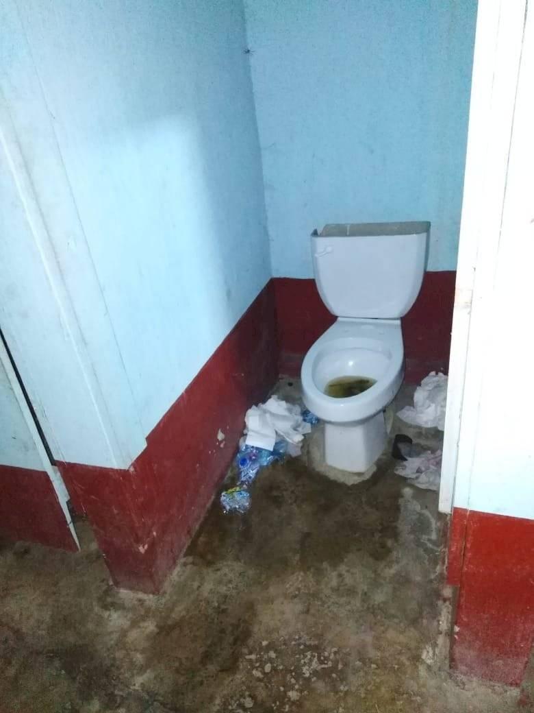 Los PNC asignados a Santa Catalina La Tinta no tienen servicio de agua potable en el salón municipal. Foto: PDH