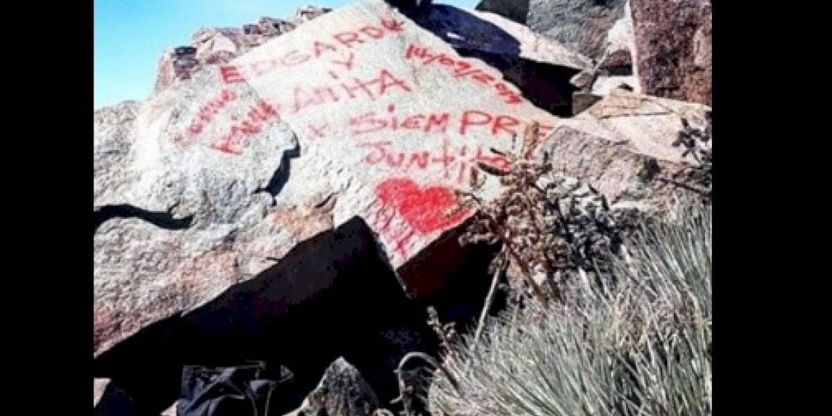 """""""Si ve a idiotas como estos pintando las rocas, avise a los guardias de Conaf"""": indignación por rayados en patrimonio natural del Parque Nacional La Campana desata funa en redes sociales"""