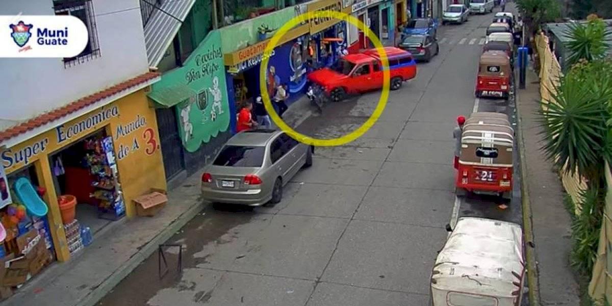 VIDEO. Conductor de picop pierde el control y embiste a dos motos y transeúnte