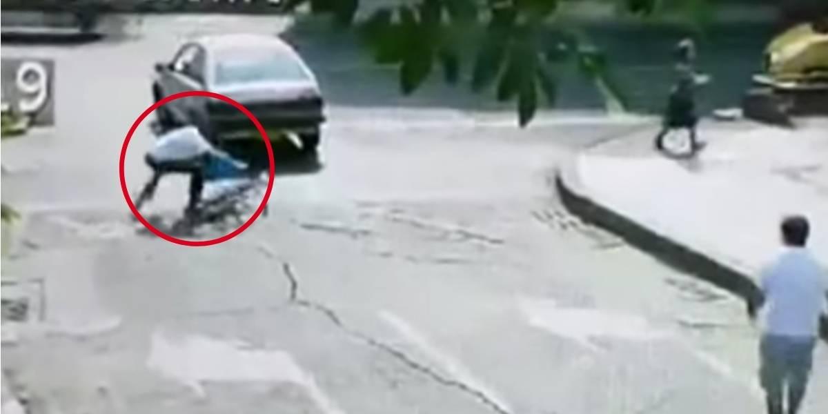 (VIDEO) Ciclista fingió accidente para extorsionar a conductor