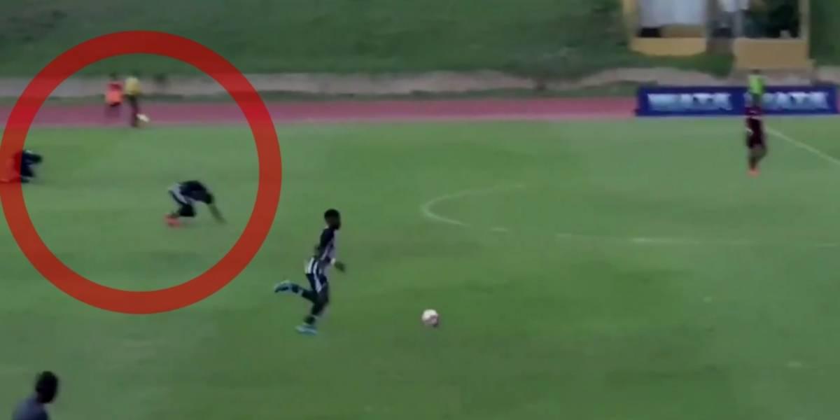 VIDEO: Rayo cae sobre cuatro futbolistas durante partido