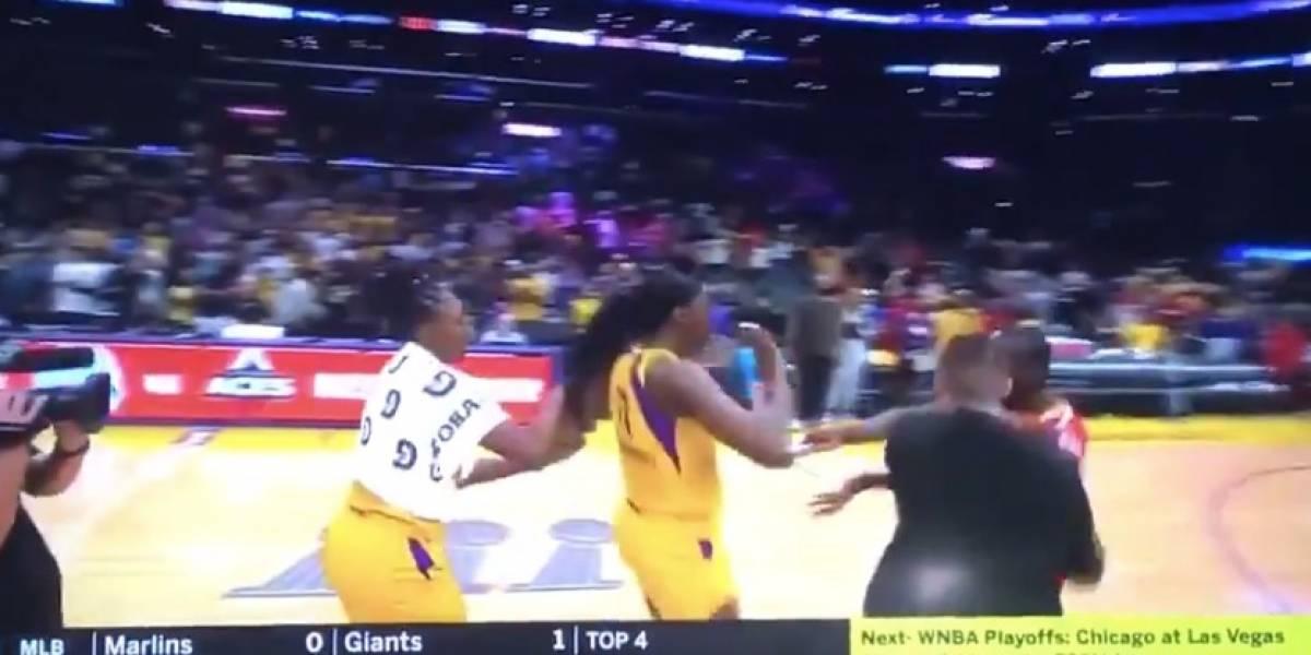 VIDEO: Con objeto en mano, hombre intenta asaltar a jugadoras tras partido