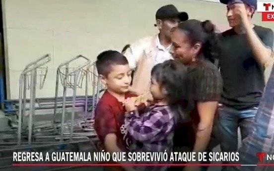 Niño migrante guatemalteco regresa al país.