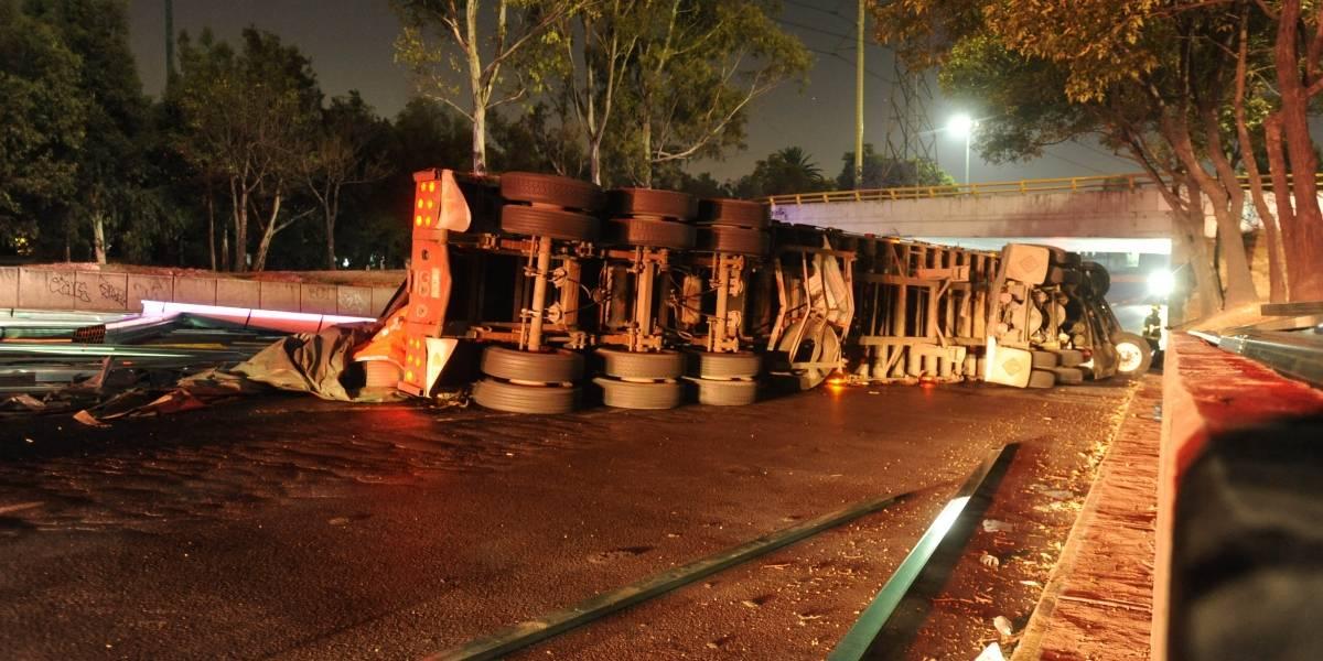 Tres muertos y 26 heridos por volcadura de autobús en Veracruz